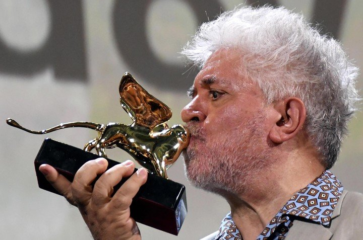 08/29/2019: Almodóvar and his Golden Lion on the road.  Photo EFE