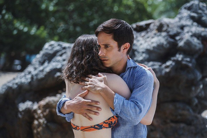 Gael García Bernal, the father of the family on the beach. Photo UIP