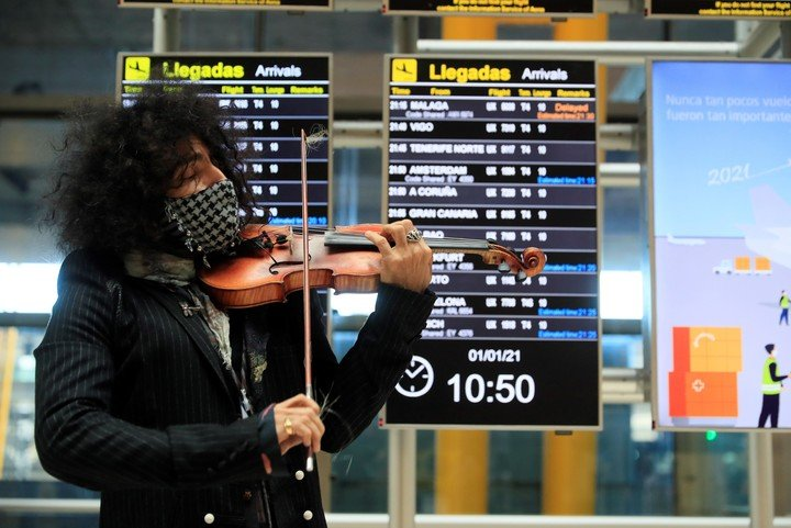 """The violinist performed at the Madrid-Barajas Airport to present """"Petit Garage"""", his new album, on January 1, 2021. Photo EFE"""