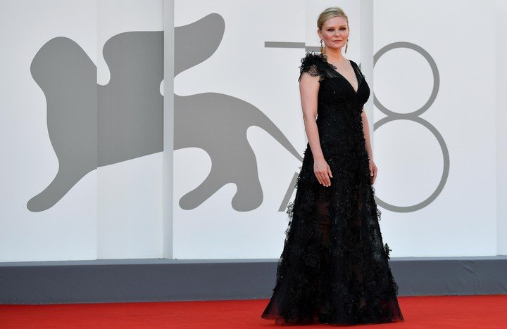 Kirsten Dunst showed off on the red carpet in Venice, at the premiere of 'The Power of the Dog'.  Photo ANSA / ETTORE FERRARI