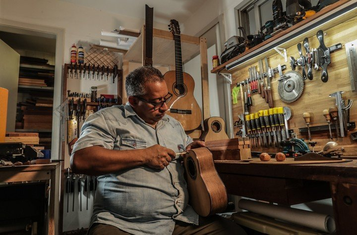 Davi Lopes set up his well-equipped workshop in a Military Village where he lives.  Photo EFE / André Coelho