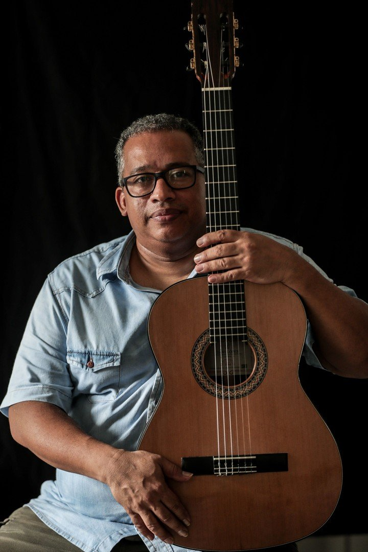Davi Lopes assures that the wood he rescues is the same that the luthiers use.  Photo EFE / André Coelho