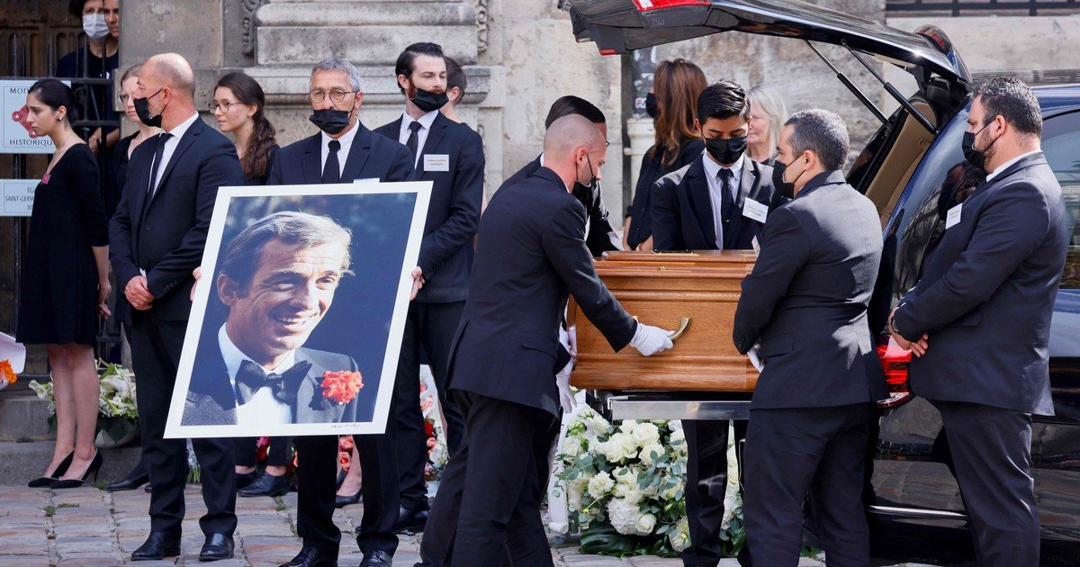 Jean-Paul Belmondo's funeral, with Alain Delon, ended with a standing ovation