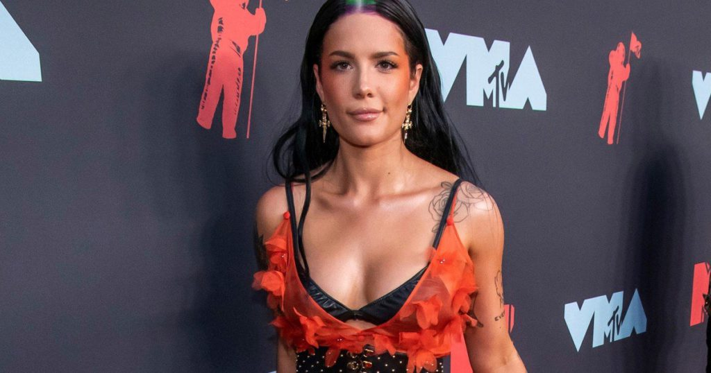 """The """"inconvenience"""" of being a pop star and getting pregnant: Halsey recounted her ordeal"""